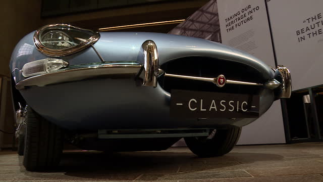 vídeos de stock, filmes e b-roll de interior shots of an electric concept model of a classic jaguar etype on display on september 07 2017 in london england - veículo com combustível alternativo