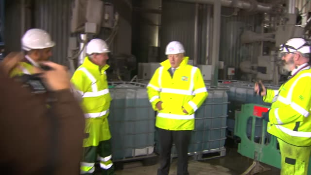 vídeos de stock e filmes b-roll de interior shots of boris johnson talking to managers on a visit to fm conway asphalt and recycling facility at heathrow wearing high-visibility jacket... - enfeites para a cabeça