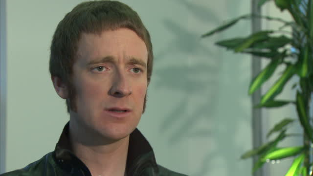 interior shots of bradley wiggins being interviewed talking about lance armstrong's doping report bradley wiggins doping reaction interview on... - ランス・アームストロング点の映像素材/bロール