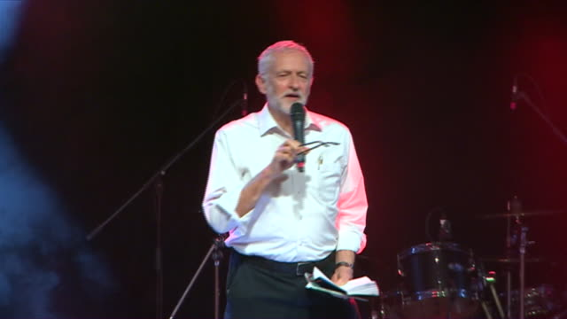 interior shots of british labour party leader jeremy corbyn speaking at great big rally in leeds on 01 june 2019 in leeds united kingdom - 労働党点の映像素材/bロール