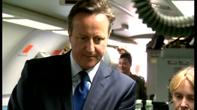 vídeos y material grabado en eventos de stock de interior shots of british prime minister david cameron being shown round a raf plane looking at military equipment on july 13 2015 in lincoln england - primer ministro británico