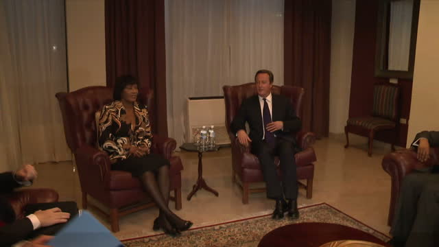 vídeos y material grabado en eventos de stock de interior shots of british prime minister david cameron sitting down with jamaican prime minister portia simpson miller for a bilateral meeting.>> on... - jamaiquino