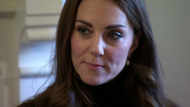 vídeos y material grabado en eventos de stock de interior shots of catherine duchess of cambridge meeting women and their babies and unveiling a plaque at the nelson trust women's centre on november... - 2016