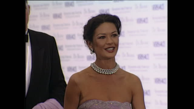 interior shots of catherine zeta jones posing on the red carpet & speaking to journalists, and michael caine arriving behind her for the 'de beers /... - 俳優 マイケル・ケイン点の映像素材/bロール