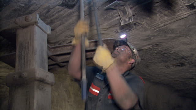 vidéos et rushes de interior shots of coal miners using drilling equipment in a coal mine on 20 april 2017 in hazard kentucky - mineur de charbon