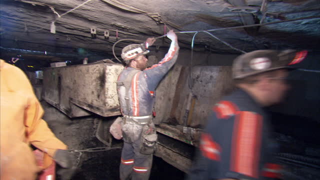 vidéos et rushes de interior shots of coal miners working in a kentucky mine with coal moving along a conveyor belt on 20 april 2017 in hazard kentucky - mineur de charbon