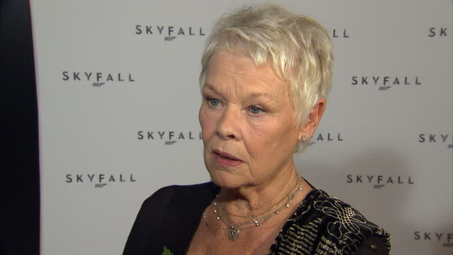 vidéos et rushes de interior shots of dame judi dench speaking to press and laughing plus interview with dame judi talking about role in the film mgm bankruptcy and the... - judi dench