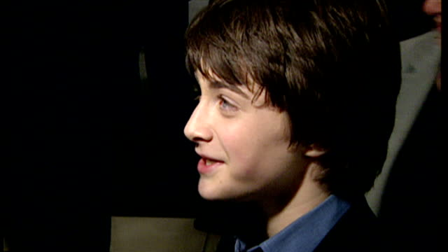 stockvideo's en b-roll-footage met interior shots of daniel radcliffe speaking to press at the premiere of harry potter and the philosopher's stone on november 4 2001 in london england - harry potter naam kunstwerk