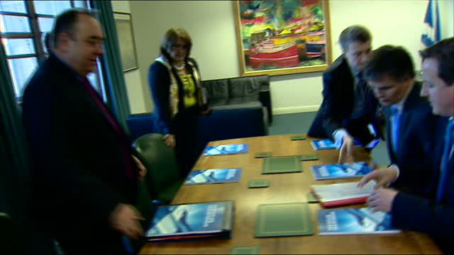 vídeos de stock, filmes e b-roll de interior shots of david cameron meeting alex salmond msp scottish first minister david cameron meeting alex salmond on february 16 2012 in edinburgh... - david cameron político