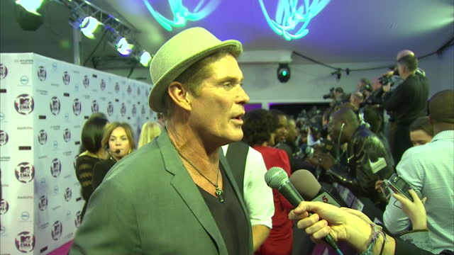 interior shots of david hasselhoff posing for press wearing a hat, speaking to the press at the european mtv awards plus interviews with david... - interview raw footage stock videos & royalty-free footage
