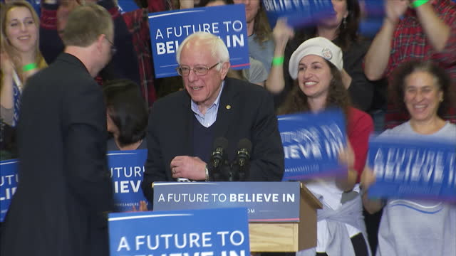 vídeos de stock, filmes e b-roll de interior shots of democratic presidential hopeful bernie sanders walking to the podium with wife jane applause and cheers from his supporters at the... - eleição primária