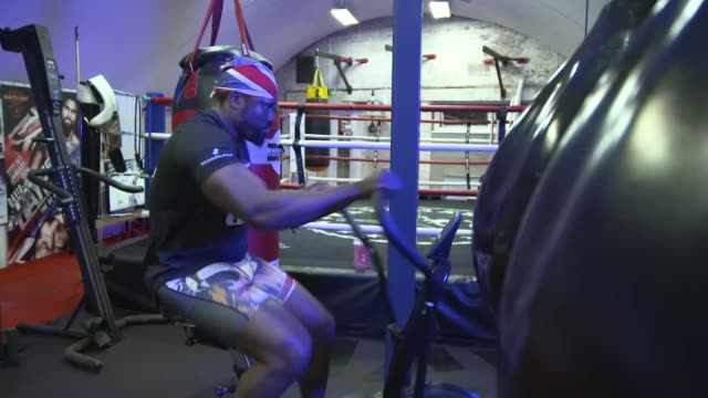 vídeos de stock e filmes b-roll de interior shots of dereck chisora wbc heavyweight boxer training on a cross trainer at the haymaker boxing gym on 30 september 2020 in london, united... - cross trainer