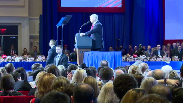 interior shots of donald trump speaking at the cpac conference with cutaways to his supporters in the audience, many of whom wear 'make america great... - 画面切り替え カットアウェイ点の映像素材/bロール