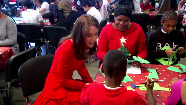 vidéos et rushes de interior shots of duchess of cambridge sitting with children making christmas cards on her visit to the anna freud centre on december 15 2015 in... - robe rouge