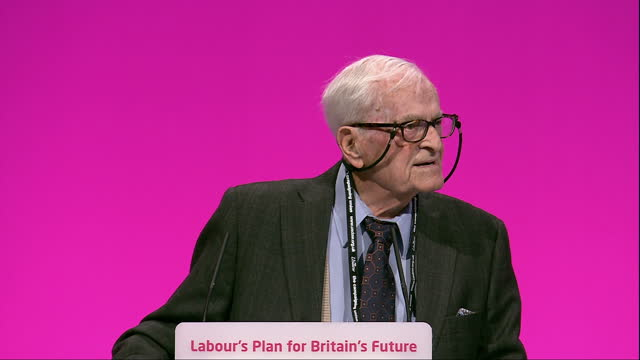 vidéos et rushes de interior shots of elderly harry smith making a speech at the labour part conference about his life and the nhs mr cameron keep your hands off my nhs... - nhs anglais