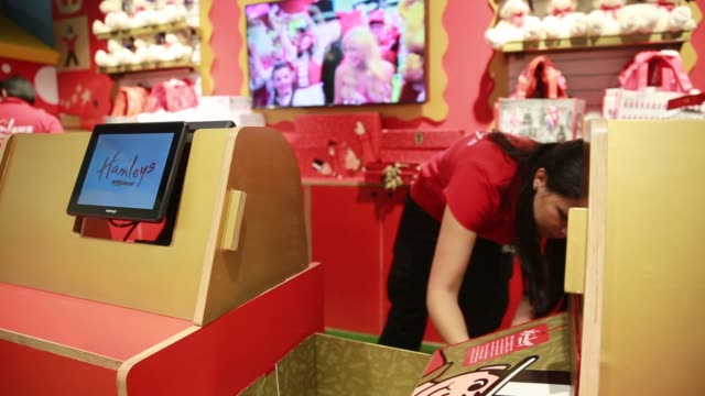 interior shots of employees preparing for the grand opening of a hamleys toy store in mexico city, mexico on november 30th, 2015 photographer: susana... - negozio di giocattoli video stock e b–roll