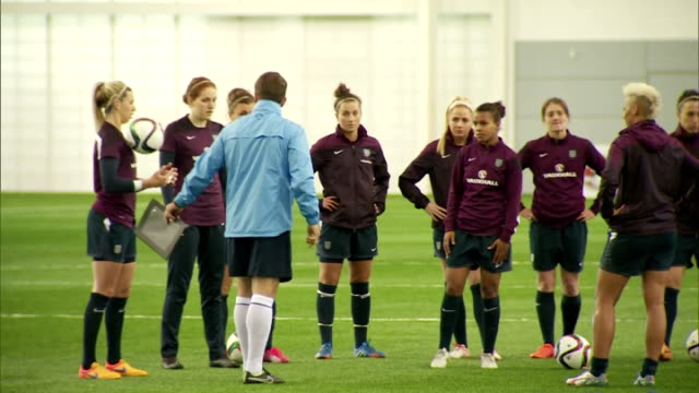vidéos et rushes de interior shots of england women's football team training on an indoor astroturf at st georges park on day of prince william's visit on may 20 2015 in... - turf