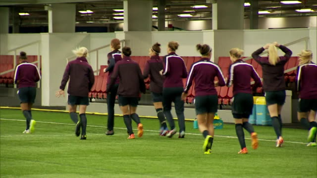 vidéos et rushes de interior shots of england women's football team training on astro turf at st georges park on day of prince william's visit on may 20 2015 in... - turf