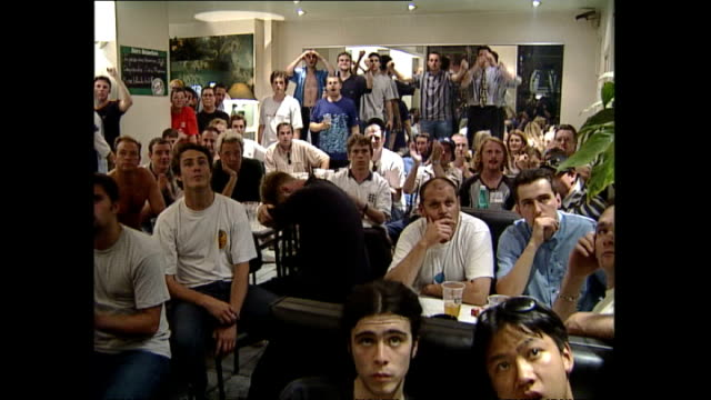 vídeos y material grabado en eventos de stock de interior shots of english football fans reactions as they watch england versus argentina during the fifa 1998 world cup on june 30 1998 in... - 1998