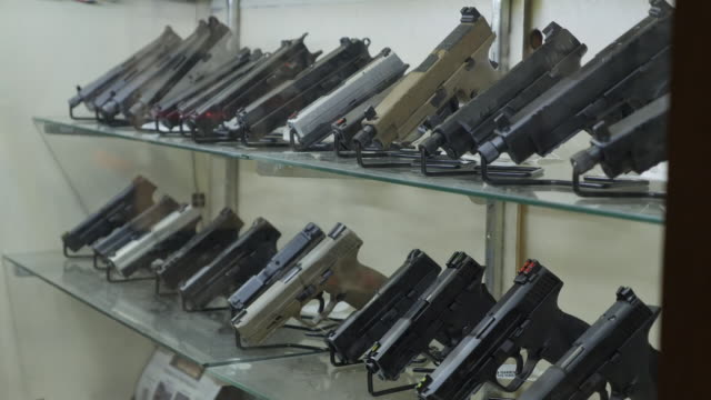 vidéos et rushes de interior shots of firearms and guns in store as sales of weapon rises on 27 august 2020 in kenosha, wisconsin, united states - armement