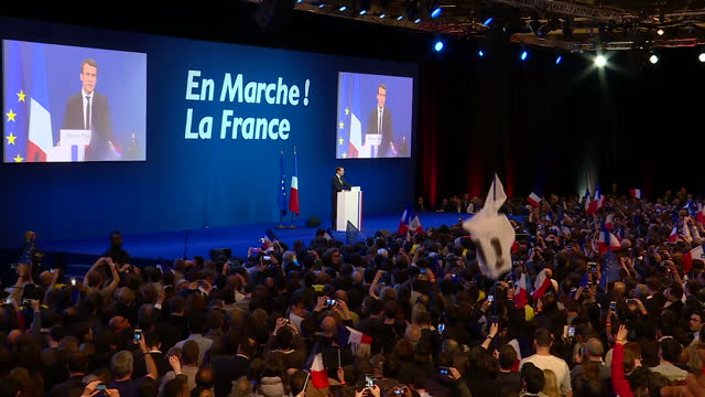 vidéos et rushes de interior shots of french presidential candidate emmanuel macron on stage at rally with supporters waving french flags on 23rd april 2017 paris france - face à face