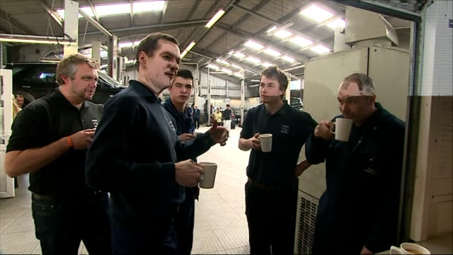 vídeos de stock e filmes b-roll de interior shots of george osborne having a cup of tea with vehicle mechanics inside a hawkins garage on april 09 2015 in st austell england - st austell