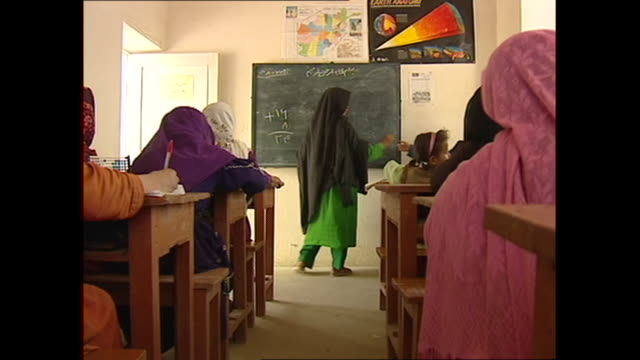 vidéos et rushes de interior shots of girls at school in refugee camp on 10 october 2001 in afghanistan - afghanistan
