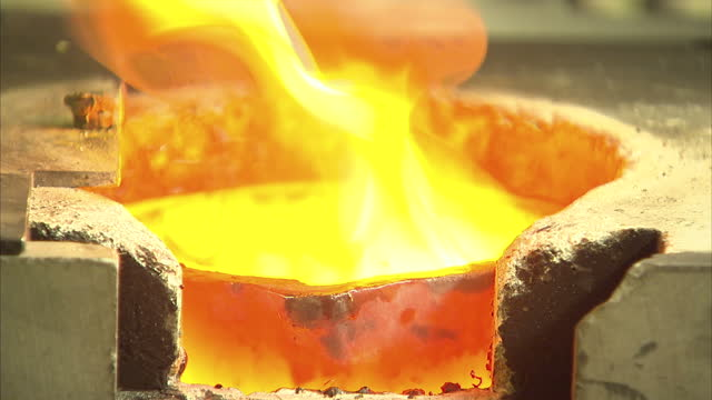 vidéos et rushes de interior shots of gold jewelry being put into a smelting pot and melted down to form new ingots on august 24 2015 in london england - or en métal