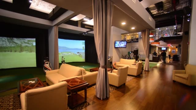 vídeos de stock, filmes e b-roll de interior shots of golf body nyc an exclusive members only golf club opened up on 6th avenue in midtown manhattan shot of a lounge area inside the... - exclusivo