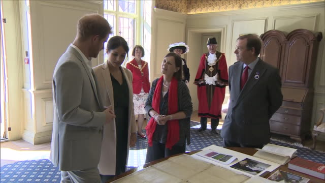 interior shots of harry and meghan, the duke and duchess of sussex entering edes house,being greeted by officials and being shown a copy of the us... - 独立宣言点の映像素材/bロール