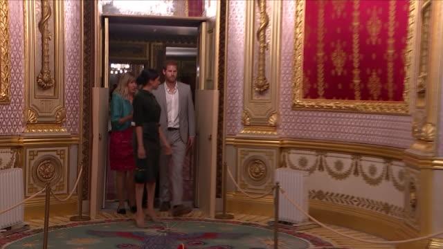 vídeos y material grabado en eventos de stock de interior shots of harry and meghan the duke and duchess of sussex entering and being shown an ornate palatial room in brighton royal pavilion on... - palacio interior
