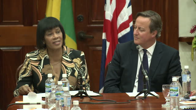 vídeos y material grabado en eventos de stock de interior shots of jamaican prime minister portia simpson miller welcoming british prime minister david cameron at the start of a bilateral meeting.>>... - jamaiquino