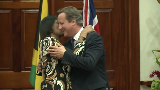 vídeos y material grabado en eventos de stock de interior shots of jamaican prime minister portia simpson miller embracing british prime minister david cameron.>> on september 30, 2015 in kingston,... - jamaiquino