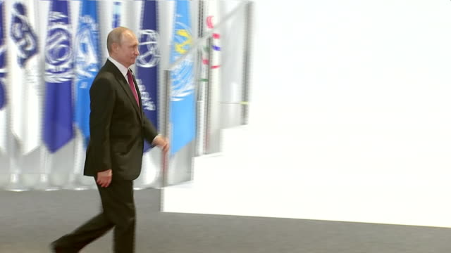 stockvideo's en b-roll-footage met interior shots of japanese prime minister shinzo abe shaking hands with russian president vladimir putin at the g20 summit on 28 june 2019 in osaka... - minister president