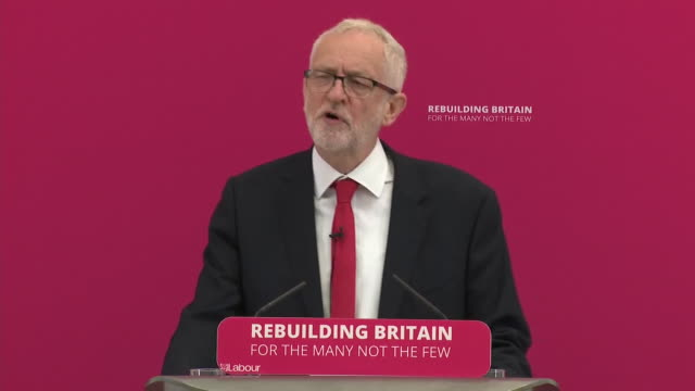 stockvideo's en b-roll-footage met interior shots of jeremy corbyn talking on resolving brexit crisis by labour party during his speech on 19 august 2019 in corby northamptonshire... - britse labor partij