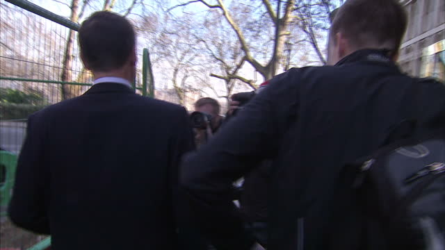 vidéos et rushes de interior shots of jeremy hunt mp british secretary of state for health ignoring junior doctor dr dagan lonsdale over questions about the new pay and... - nhs anglais