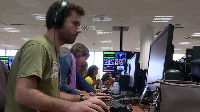 interior shots of journalists at work in the newsroom of tvc's 3/24 catalonia's 24hour news channel on 30 october 2017 in barcelona spain - press room stock videos & royalty-free footage