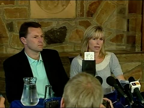 interior shots of kate mccann reading out statement about being named and cleared as suspects in madeleine mccann dissaperance. kate and gerry mccann... - マデリン・マクカーン点の映像素材/bロール