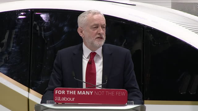vídeos y material grabado en eventos de stock de interior shots of labour leader jeremy corbyn speaking at a press conference at which he sets out labour's stance on brexit on 26 february 2018 in... - coventry