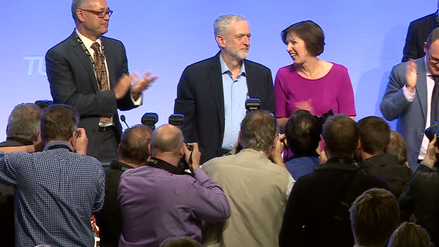 stockvideo's en b-roll-footage met interior shots of labour leader jeremy corbyn stood at podium receiving a standing ovation from tuc delegates after his speech on september 15 2015... - labor partij