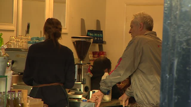 vídeos de stock e filmes b-roll de interior shots of labour leader jeremy corbyn wearing a grey tracksuit in a coffee shop ordering a coffee on november 28, 2015 in london, england. - fato de treino