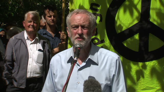 vidéos et rushes de interior shots of labour leadership contender jeremy corbyn mp speaking at a cnd rally on june 06 2015 in london england - socialisme