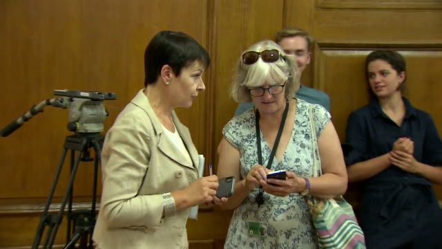 interior shots of liberal democrat leader jo swinson mp and green party leader caroline lucas mp before a church house meeting called by jeremy... - 英自由民主党点の映像素材/bロール