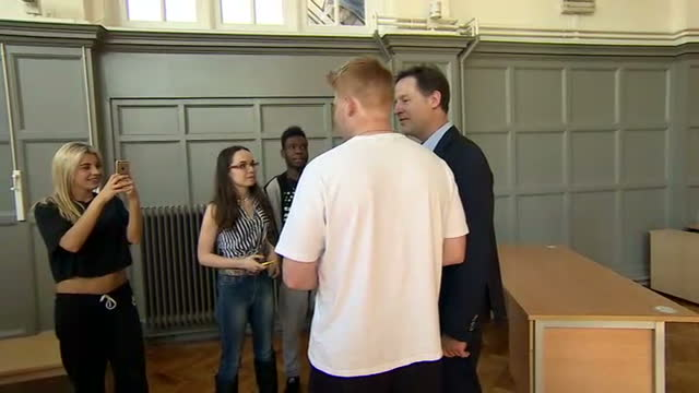 vidéos et rushes de interior shots of liberal democrat leader nick clegg meeting students in a drama class and having photographs and selfies taken with them at richmond... - collège communautaire