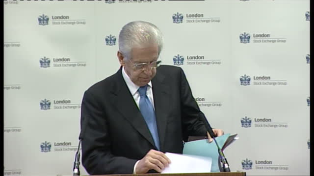 interior shots of mario monti italian prime minister walking to podium of press conference at the london stock exchange mario monti at the london... - börse von london stock-videos und b-roll-filmmaterial