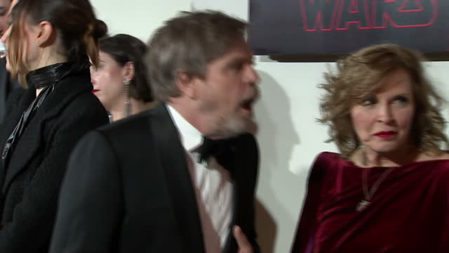 vídeos y material grabado en eventos de stock de interior shots of mark hamill chatting with other cast members at the european premiere of star wars the last jedi outside the royal albert hall on... - mark hamill