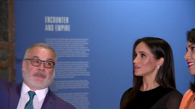 vídeos de stock, filmes e b-roll de interior shots of meghan duchess of sussex touring the oceania exhibition at the royal academy on 26 september 2018 in london united kingdom - royal academy of arts
