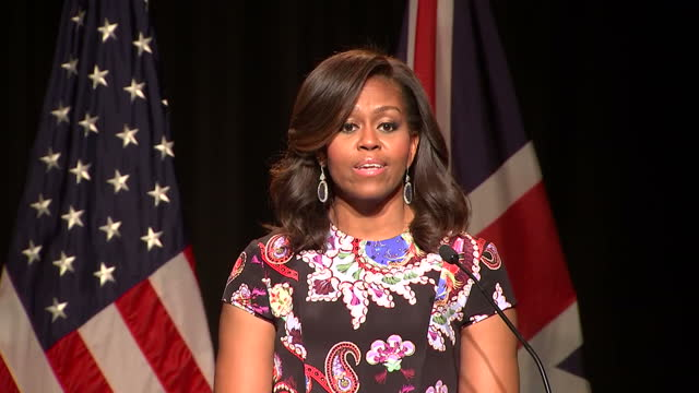 vídeos y material grabado en eventos de stock de interior shots of michelle obama addressing students at mulberry school for girls, speaking about her experiences growing up to emphasise the... - speech