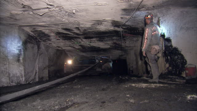 vidéos et rushes de interior shots of mining equipment excavating coal in a coal mine on 20 april 2017 in hazard kentucky - mineur de charbon