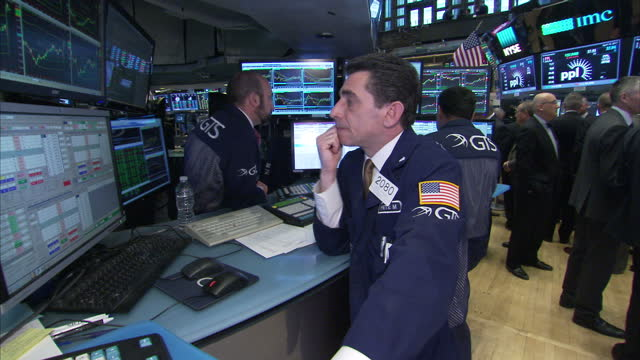 vidéos et rushes de interior shots of new york stock exchange city traders looking at monitors featuring stock prices on the floor of the exchange on 20 april 2017 in... - trader